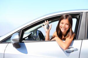 dziewczyna pokazuje kluczyki do auta zastępczego